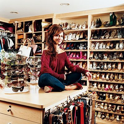 Paula Abdul  Tam bir alışveriş tutkunu olan Paula, gardırobunu da bir mağaza gibi düzenlemiş. Siz de bu şekilde daha rahat kombinasyon oluşturabilirsiniz.